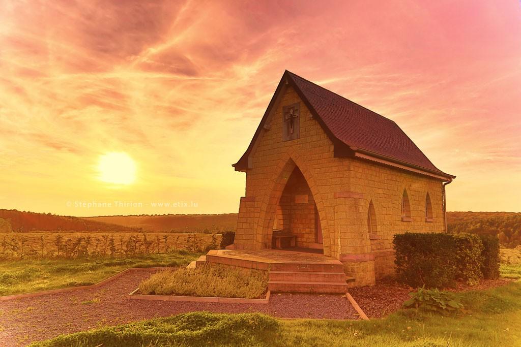 Chapelle et coucher de soleil par Stéphane Thirion photographie Belgique