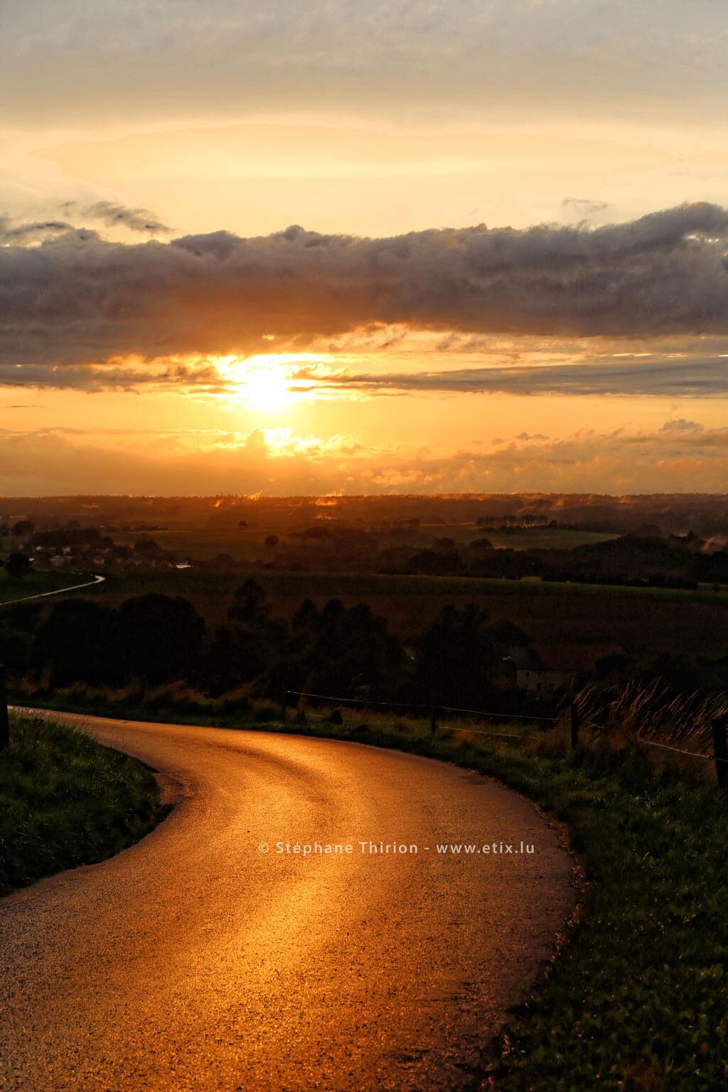 Coucher de soleil et reflet sur la route par Stéphane Thirion Gaume