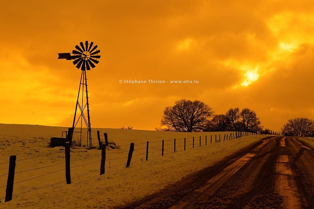 Éolienne et coucher de soleil en Gaume Stéphane Thirion