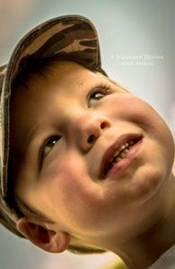 Séance photo enfant - Ného et casquette regard haut par Stéphane Thirion
